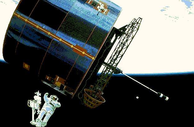 Космонавт и летательный аппарат
